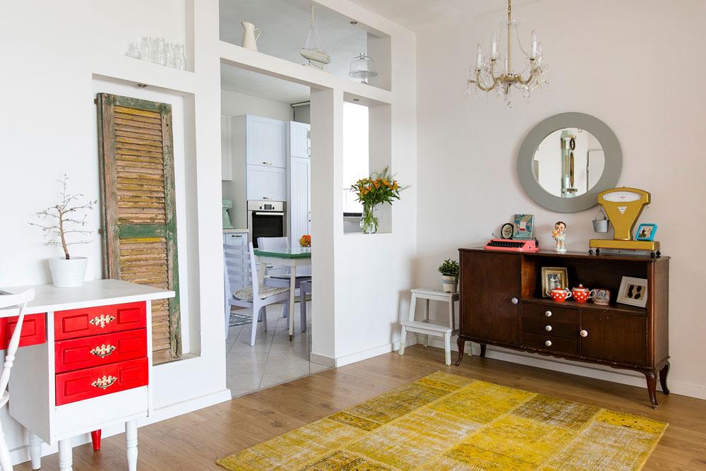 הכניסה לדירה, מבט מכיוון הדלת. ממול: שידת עץ שנמצאה ברחוב ושופצה. משמאל: שולחן כתיבה שנצבע באדום ולבן (צילום: שירן כרמל)