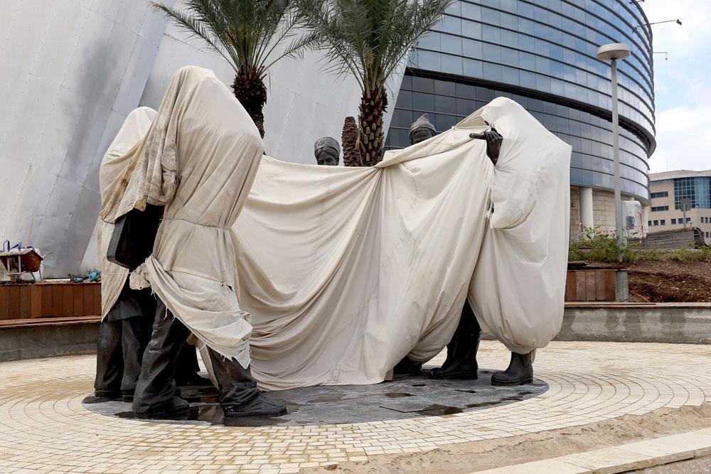 הפסל ממתין לטקס הסרת הלוט, היום בחיפה. באופן מקורי, השטח הוגדר כטיילת - וכעת מוצבים בו ספסלים במסגרת הפיכתו לאזור הנצחה לדוד עזריאלי (צילום: אורית דוב)