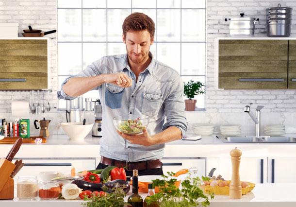 אי אפשר לעמוד בפני גברים שמבשלים ארוחת ערב. אפילו אם הם מושכרים (צילום: shutterstock)