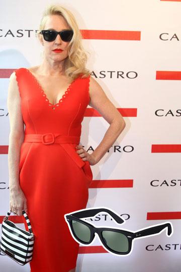 מיה דגן לוהטת באדום ועם משקפי ריי–באן (1,000 שקל) (צילום: אלירן אביטל, כריס מאק)