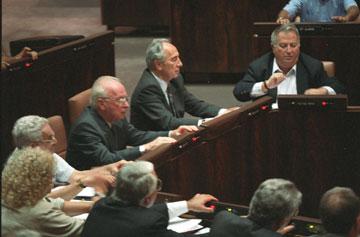 """שוחט לצד פרס ורבין סביב שולחן הממשלה, 1995. """"רבין היה שמאל? רבין היה מרכז"""" (צילום: דוד רובינגר)"""