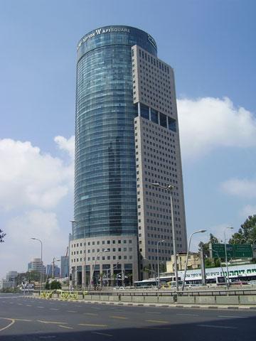 החלונות כמו נלקחו ממגדל פורטלנד של גרייבס, וכאלה יש באינספור מגדלים בישראל. קרית הממשלה, ת''א (צילום: Dr. Avishai Teicher, cc)