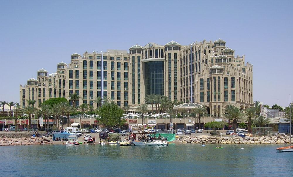 """הפוסט-מודרניזם הצעקני עשה את דרכו גם לישראל. האם מלון הילטון מלכת שבא באילת הוא דוגמה להעתקה של גרייבס? (צילום: ד""""ר אבישיי טייכר, cc)"""