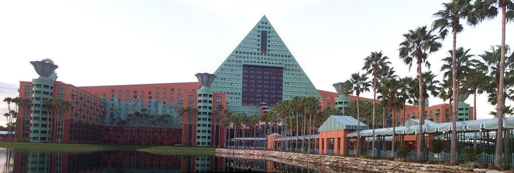 מלון ''דיסני'' באורלנדו, פלורידה. גרייבס תכנן כ-350 בניינים ועוד כ-2,000 פריטי עיצוב, לימד 39 שנה בפרינסטון והיה אחת הדמויות החשובות באדריכלות האמריקאית (צילום: Traveler100, cc)