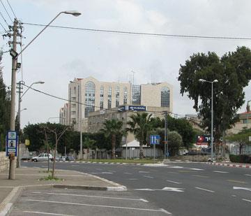 ''סיטי סנטר'', חיפה. הסגנון הפוסט-מודרני התפשט ברחבי הארץ, בדרך כלל בטעם רע (צילום: Hanay, cc)