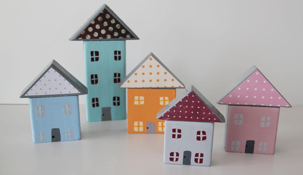 בתים קטנטנים מקוביות משחק ישנות (צילום: ענבל עופר )