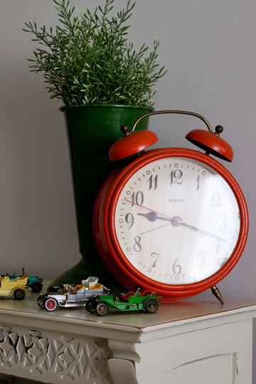 שעון, פרחים ומכוניות מיניאטוריות לקישוט השידה (צילום: שירן כרמל)
