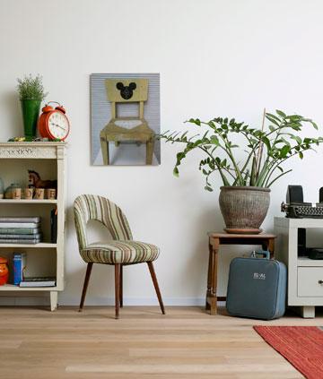 כיסא על הרצפה, כיסא על הקיר (צילום: שירן כרמל)