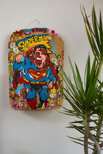 סופרמן על שק מלט בעבודה של קרן שפילשר (צילום: שירן כרמל)