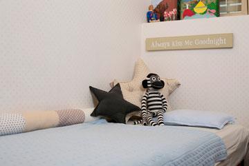 המיטה היא ישנה, ואילו המצעים והכריות נקנו במיוחד (צילום: שירן כרמל)