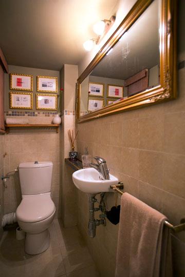 חדר שירותים בגוני שוקולד וזהב (צילום: שירן כרמל)