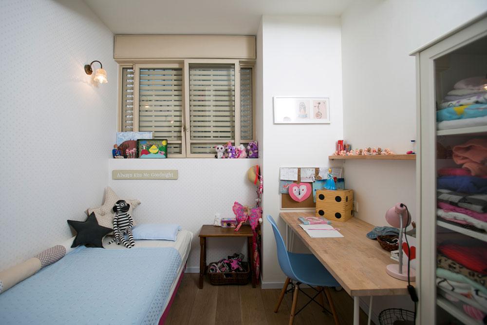 """החדר של הבת הבכורה: רק 5 מ""""ר, אבל מכיל כל מה שצריך: מיטה, ארון, ספרייה ושולחן כתיבה (צילום: שירן כרמל)"""