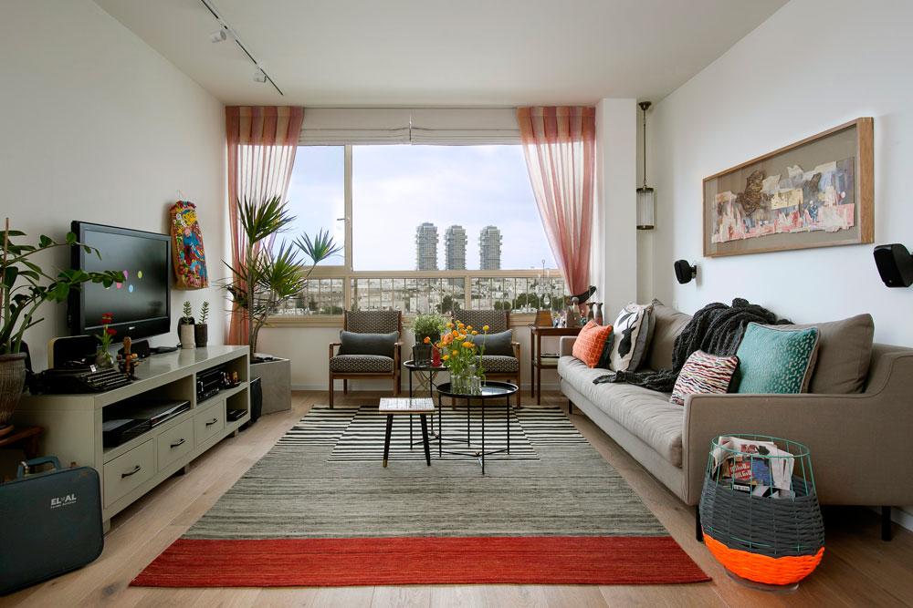 """הדירה, ששטחה 86 מ""""ר, נמצאת בקומה גבוהה באחד הבניינים שתיכננו האדריכלים אריה שרון, אלדר שרון ורם כרמי מאחורי איכילוב. מגדלי אקירוב בולטים בנוף שנשקף מהחלון (צילום: שירן כרמל)"""