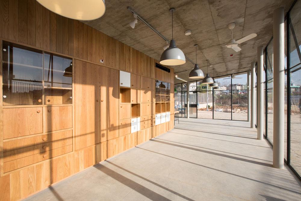עץ, זכוכית ובטון הם המרכיבים הבולטים בעיצוב הפנים המוקפד של הביתן (צילום: דור נבו )