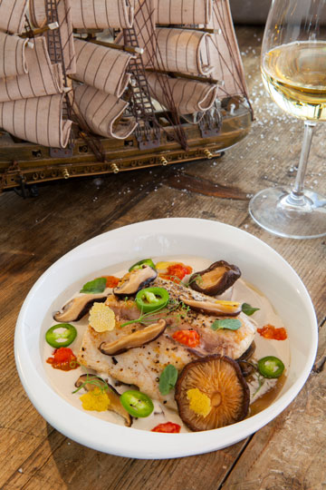 פילה מוסר ים אפוי בטחינה ופטריות עם סלט לימון כבוש (צילום: שי ניבורג)