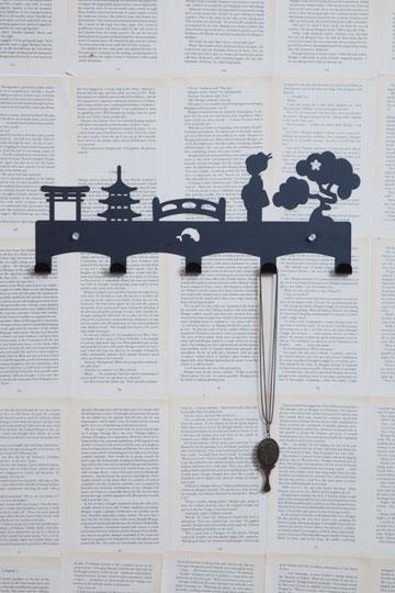 14. מתלה שמציג אייקונים יפניים בחיתוך לייזר. 120 שקל, ''eina'' (צילום: מאיה חבקין)