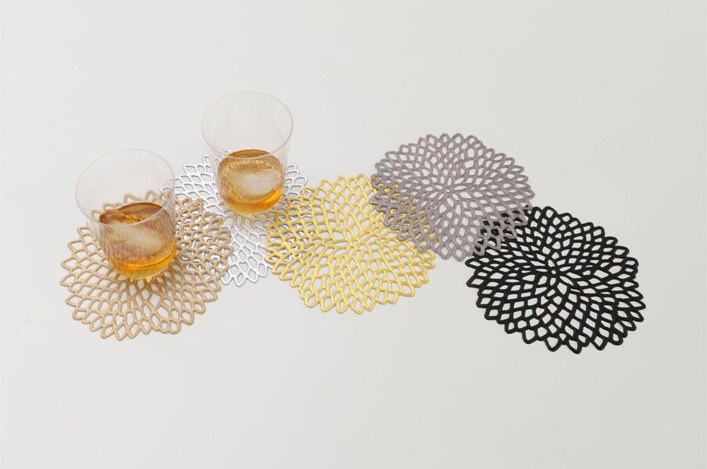 גם זה פלסטיק, רק מסוג אחר לגמרי: המעצבת האמריקאית סנדי צ'ילוויץ התפרסמה במוצרים אלגנטיים ועדינים, העשויים מוויניל בטכניקה מיוחדת שפיתחה. 6 תחתיות ב-70 שקל, ''הביטאט'' (צילום: ויקטור שרגר)