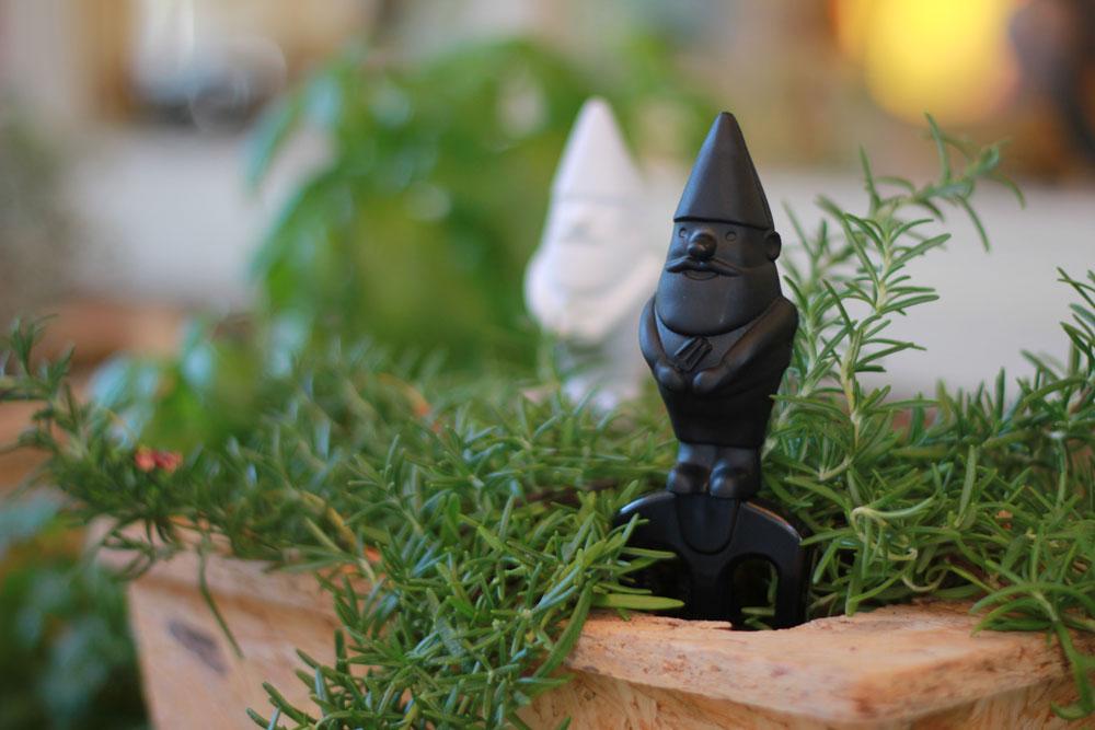 לחובבי הגינון: הגמדים הקטנים הם כלי גינון שעוצבו במיוחד בממדים המתאימים לטיפול בצמחים ביתיים. עיצוב: חגי זכאי ל''מונקי ביזנס''. 70 שקל למארז של שניים, בשחור ובלבן (צילום: סטודיו דן לב)
