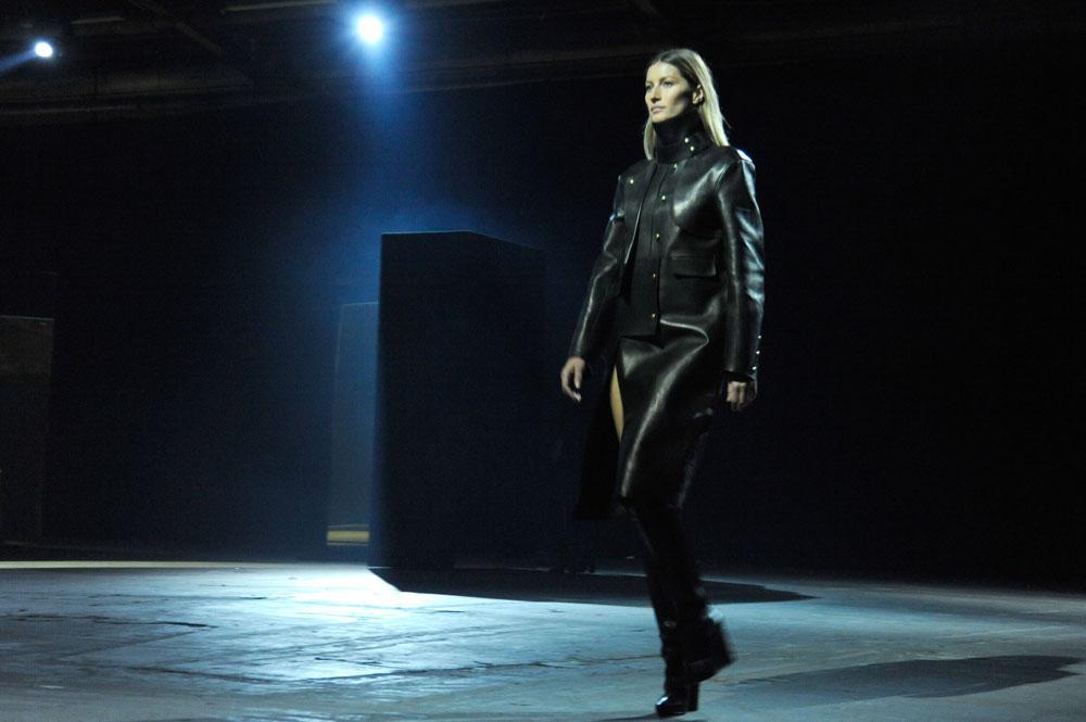 """ג'יזל על המסלול בתצוגה של אלכסנדר וואנג. """"ג'יזל מעולם לא הופיעה בכל שבועות האופנה הגדולים, והיא לא הולכת להתחיל עכשיו"""", נמסר מסוכנות IMG  (צילום: gettyimages)"""