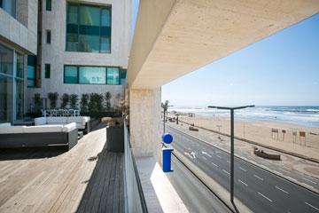 מבט ממרפסת הסלון המשותף אל כביש הטיילת שלמטה (צילום: שירן כרמל)
