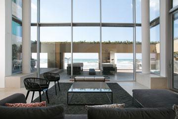הסלון המשותף בקומה הראשונה (צילום: שירן כרמל)