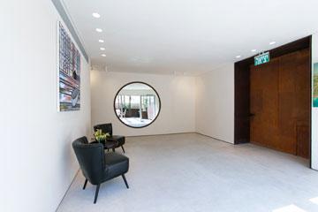 הלובי. דלת הכניסה עשויה מפלדת קורטן ומתנשאת לגובה של שלושה מטרים וחצי (צילום: שירן כרמל)