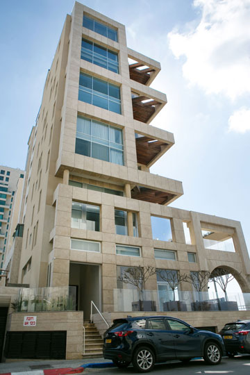 הכניסה לבניין היא מהצד (צילום: שירן כרמל)