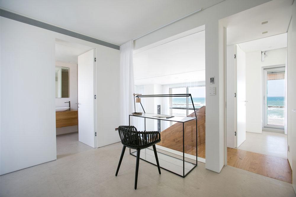 במפלס העליון שני חדרי שינה נוספים, עם חדרי רחצה צמודים. אחד מהם משמש כחדר עבודה (צילום: שירן כרמל)