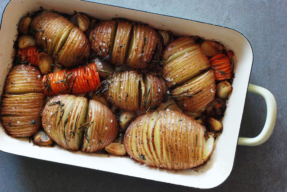 לא לוותר על שימון בזמן האפייה. מניפות תפוחי אדמה בתנור (צילום: רחלי קרוט)