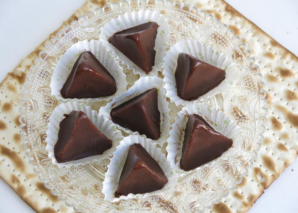 פירמידות מרציפן מצופות שוקולד. קינוח טבעוני כשר לפסח (צילום: גלי לופו-אלטרץ)
