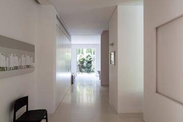 המסדרון המוביל לחדרי הילדים מסתיים בחלון גדול (צילום: עמית גרון)