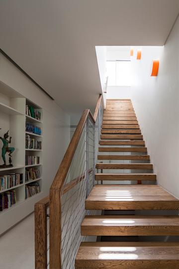 גרם המדרגות המורכב ממדרכים מרחפים מעץ אלון, מבט מלמטה (צילום: עמית גרון)