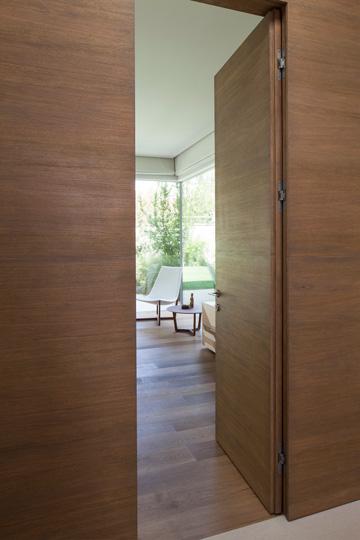 קיר עץ בכניסה לחדר ההורים (צילום: עמית גרון)