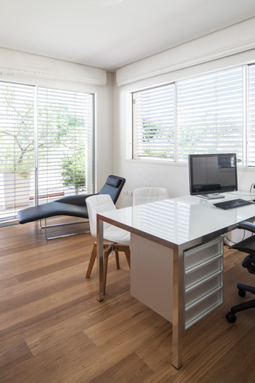 חדר העבודה שבקומה העליונה (צילום: עמית גרון)
