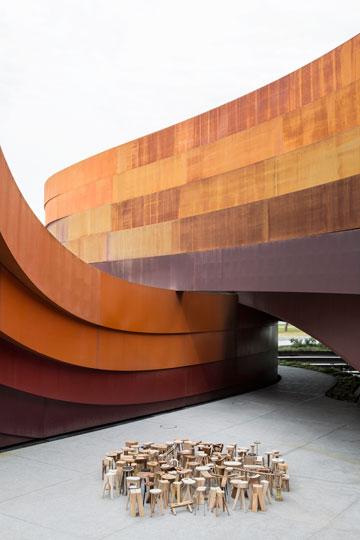 על רקע מבנה הפלדה שתיכנן רון ארד (צילום: איתי בנית)