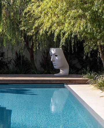 בקצה הבריכה יש כיסא בצורת מסיכה (צילום: עמית גרון)