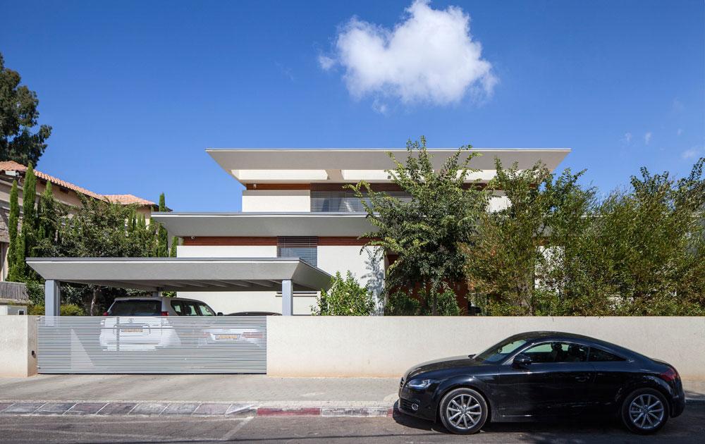 בניגוד לבתים אחרים בשכונה, הבית אינו מסתתר מאחורי חומה. הוא מוקף בגדר נמוכה יחסית ומתייחד בשני גגות שתוכננו בהשראת האדריכלות האסיאתית (צילום: עמית גרון)