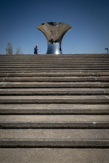 פסלו של אניש קפור במרומי הציר שבו צועדים המבקרים. מסע לתצפית נרחבת על העיר (צילום: איתי סיקולסקי)
