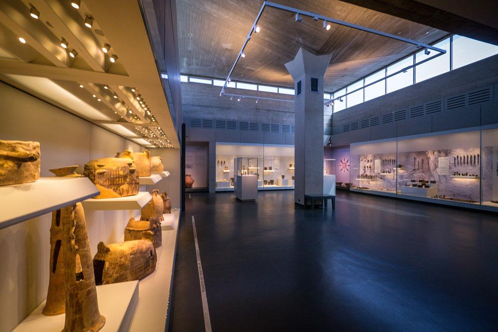 קופסאות התצוגה גדולות-הממדים, שבהן עוברים המבקרים, מציבות בעיות לאוצרים: אקוסטיקה לא טובה, אור מוגזם שפוגע ביצירות ועוד (צילום: איתי סיקולסקי)