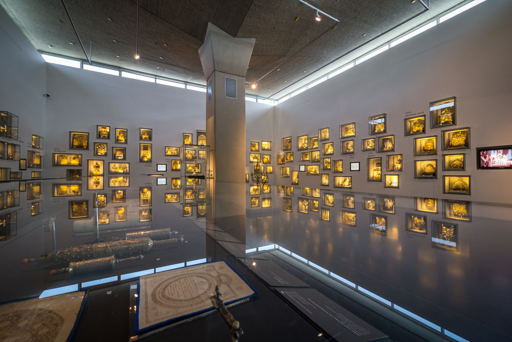 ביתן החנוכיות המרהיב ממשיך את המסורת שהחלה מיד עם פתיחת המוזיאון: דגש על נושאים תנ''כיים ויהודיים, במקביל לאמנות עכשווית וארכיאולוגיה אוניברסלית (צילום: איתי סיקולסקי)