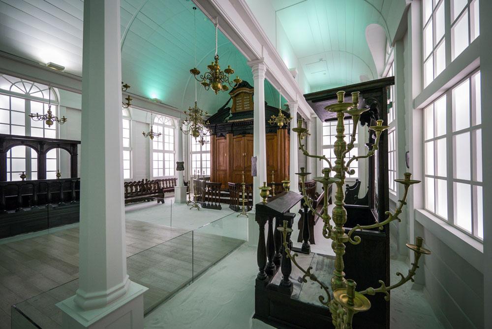 אחד מבתי הכנסת שהובאו בשלמותם למוזיאון ישראל. מקום שנועד להציג אומה עתיקה שקמה לתחייה, על מסורתה בעבר והישגיה התרבותיים כיום (צילום: איתי סיקולסקי)