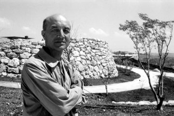 נוגוצ'י באתר ההקמה של גן הפסלים, 1965 (באדיבות מוזיאון ישראל, ירושלים)