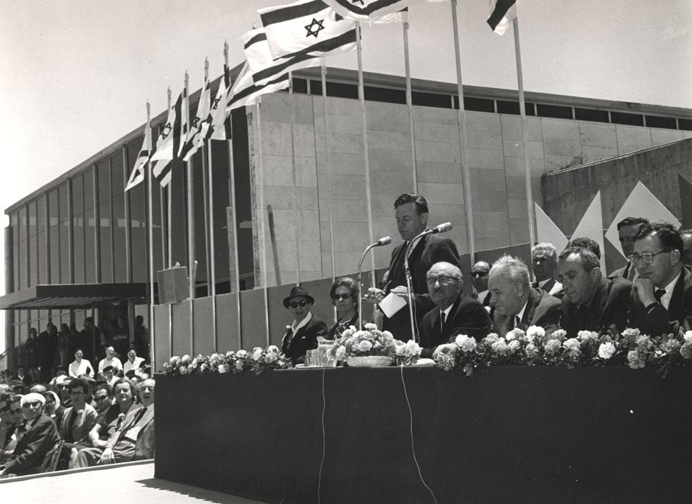 טקס הפתיחה. טדי קולק היה חתן השמחה, רעיית הנשיא גזרה את הסרט, וגם התקשורת העולמית חגגה את ההישג האדריכלי של המדינה הקטנה (באדיבות מוזיאון ישראל, ירושלים)