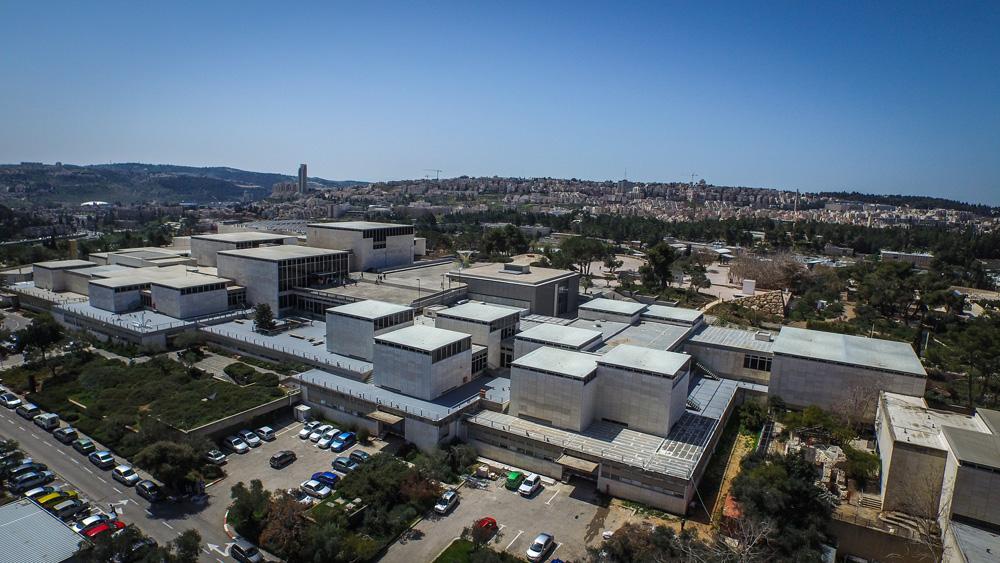 כמו קוביות מונחים הביתנים השונים שמרכיבים את מוזיאון ישראל במרומי השטח שבין משכן הכנסת לקמפוס גבעת רם של האוניברסיטה העברית (צילום: איתי סיקולסקי)