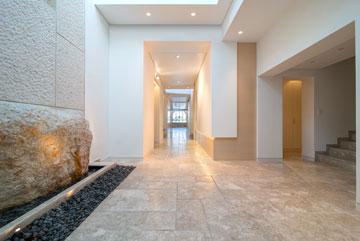 מימין המדרגות שלצד המעלית. המבט מהמבואה נמשך לאורך המסדרון ונגמר בסלון (צילום: אילן נחום)
