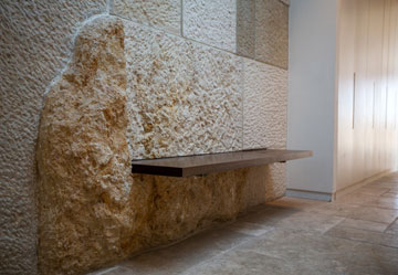 סלע כמעט גולמי שולב בקיר (צילום: אילן נחום)