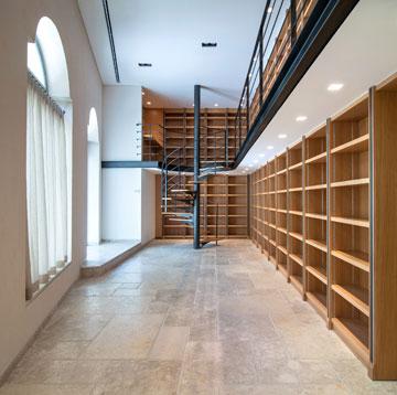 דלת הכניסה לבית נפתחת לספרייה גדולה (בזמן הצילומים היא הייתה עדיין ריקה) (צילום: אילן נחום)