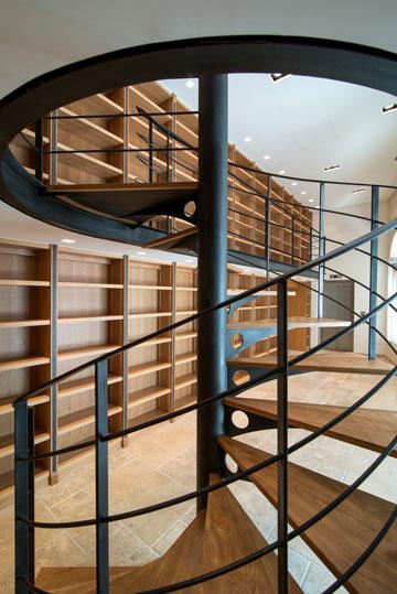 המעלית שבקצה הספרייה מובילה לקומת המגורים (צילום: אילן נחום)