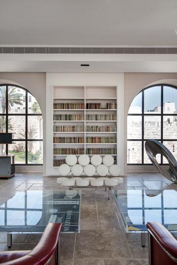 בסלון שתי פינות הסבה: אחת מול הספרייה והחומות (צילום: אילן נחום)