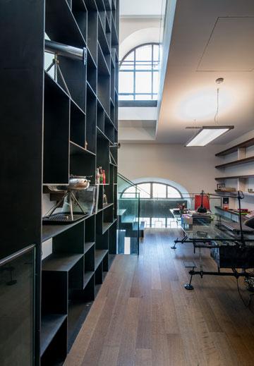 חדר עבודה במפלס ביניים (צילום: אילן נחום)
